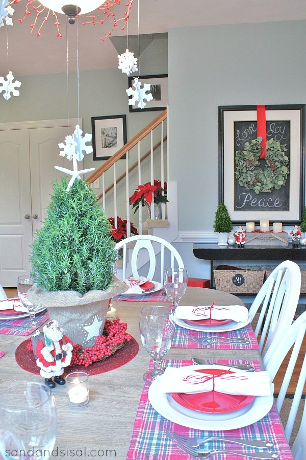 A Casual Christmas Tablescape 4