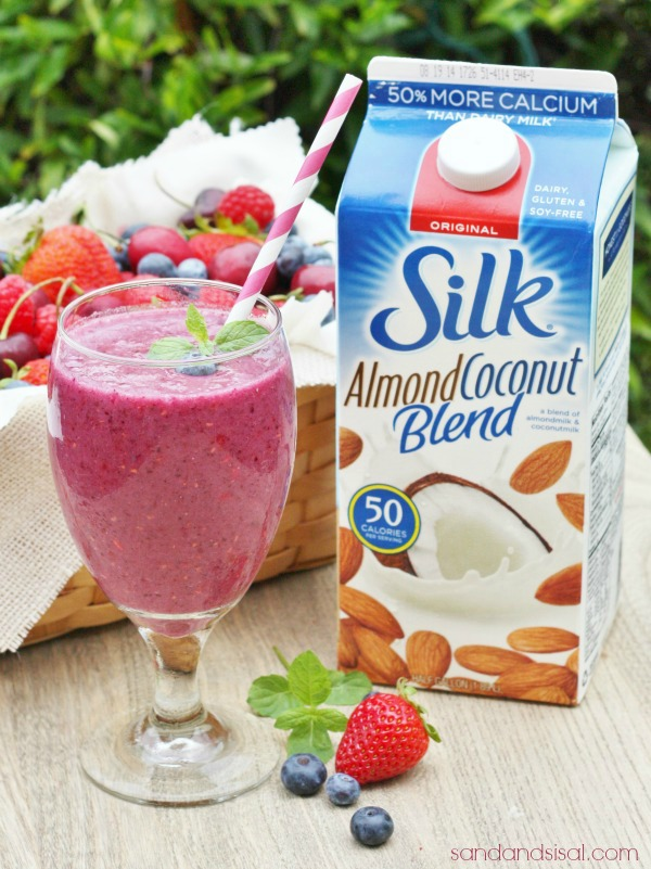 Antioxidant Rich Berry Breakfast Smoothie, dairy free, gluten free, soy free, antioxident rich, protein packed #SilkAlmondBlends