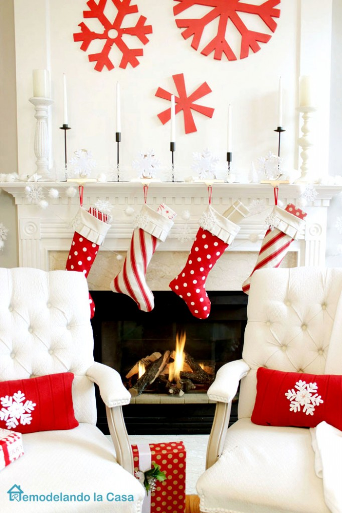 Red White Christmas Mantel Via Remodelando La Casa