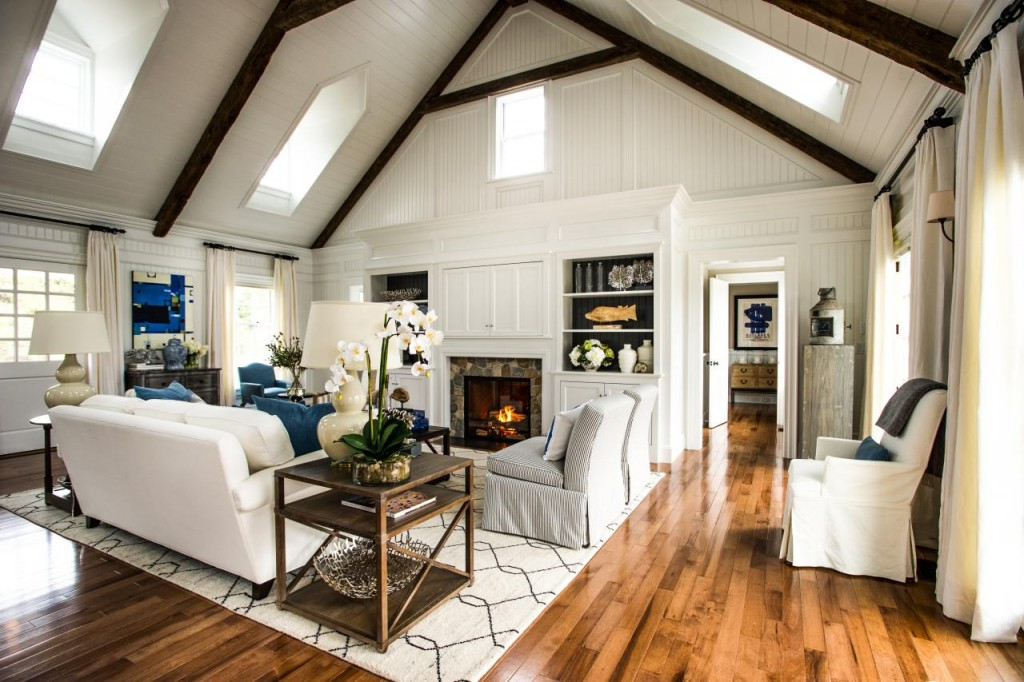 Navy blue accents seen in the built-ins' back wall paint color, the