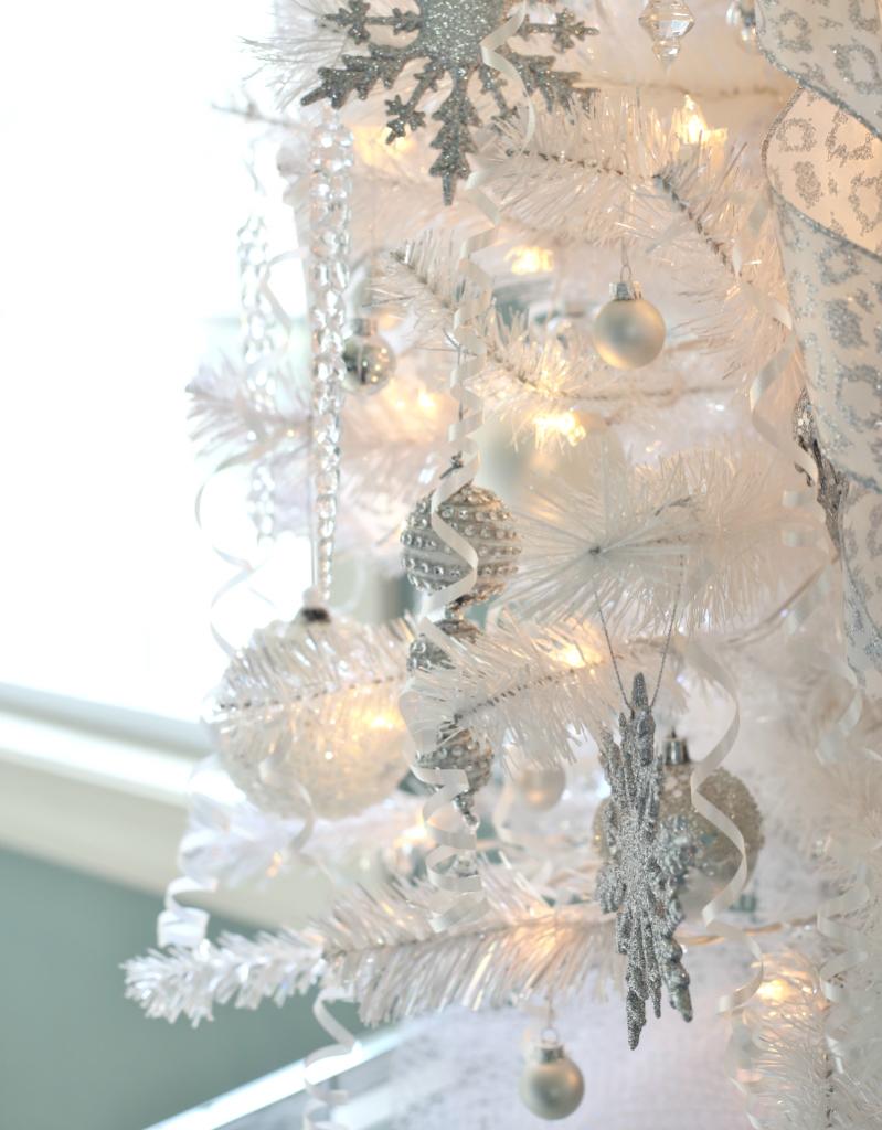 A Winter Wonderland Christmas Tree - Sand and Sisal