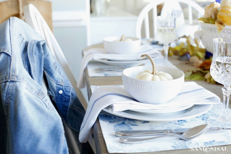 blue-and-white-casual-thanksgiving-tablescape