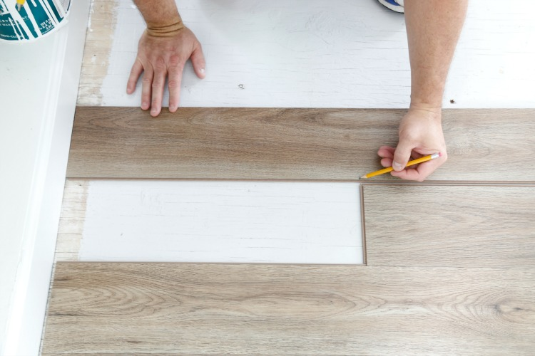 installing-vinyl-plank-flooring-cutting-end-pieces
