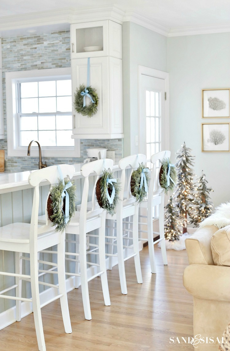 Coastal Christmas Kitchen - #coastal #coastalChristmas #ChristmasKitchen #whitekitchen